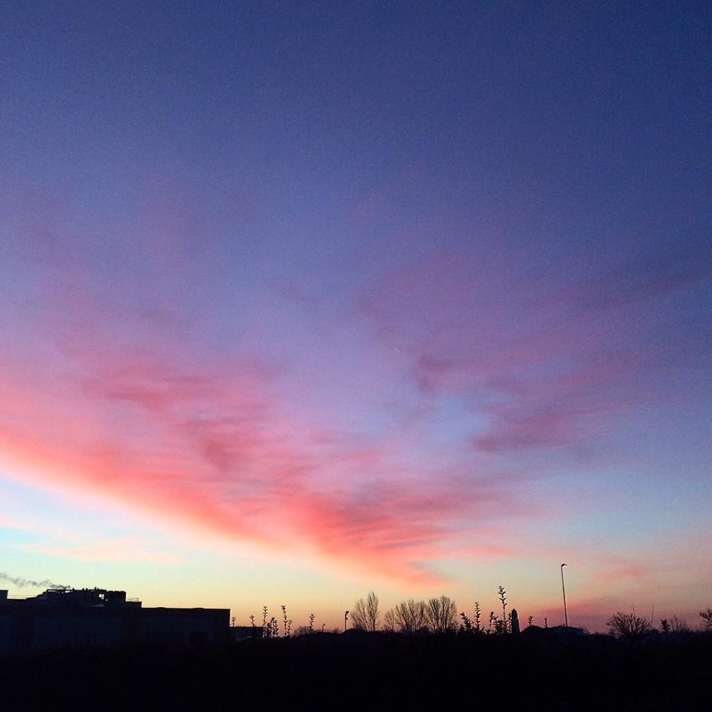Gente che si ferma mentre va al lavoro, nonostante la fretta, per guardare l'alba e fotografare una nuvola rosa ✔️  morning!  #sun #igers #ig_emiliaromagna #igaddict #igersitalia #clouds #sky #photooftheday #photographer #lifestyle #metoday