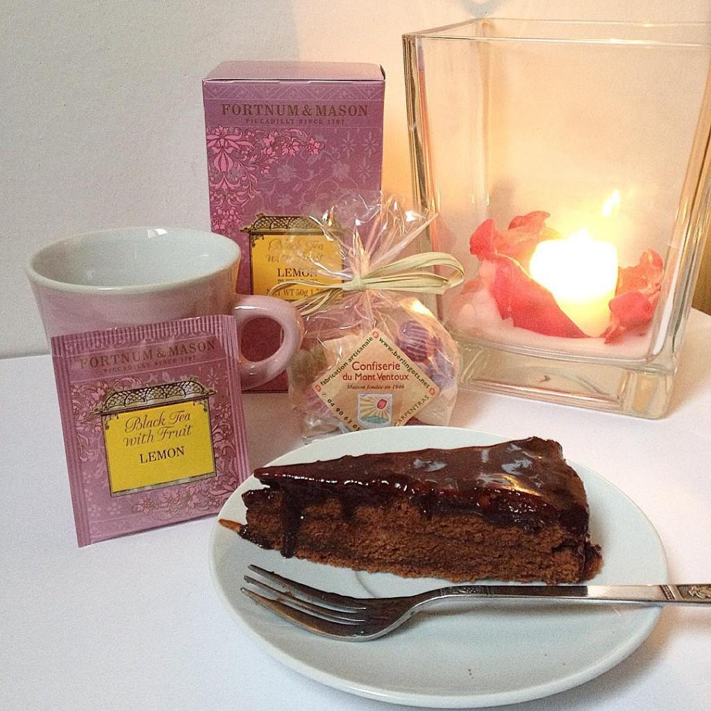 Hello Friday!  #friday #fall #tea #chocolate #cake #foodporn #sachertorte #yankeecandles #lifestyle #picoftheday #igersitaly #igersaddict #igers #igersbologna