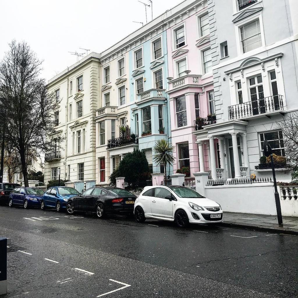 La prima volta che sono stata a Londra, molti anni fa, mi hanno portata subito a Notting Hill, il primo giorno. Senza dirmi tra l'altro in quale quartiere stavamo andando.  La prima cosa che ho percepito è stata un non so che di sospensione del tempo, difficile da spiegare. Una sensazione di un luogo incantato, con qualcosa di fiabesco e un po' surreale. Ancora oggi a distanza di tanti anni continuo a provare la stessa cosa. Anche quando piove e il cielo è grigio piombo, qui sembra ci sia sempre una luce particolare. Evidentemente Notting Hill ha proprio qualcosa di speciale. ✨✨✨ #london #nottinghill #amazing #beauty #cityscape #travel #travelphotography #beautifuldestinations #city #citylife #uk #lovephotography #photographylovers #natgeo #natgeotravel #nikonitalia #igersbologna #igersmodena #lifestyle #imagelogger #igers
