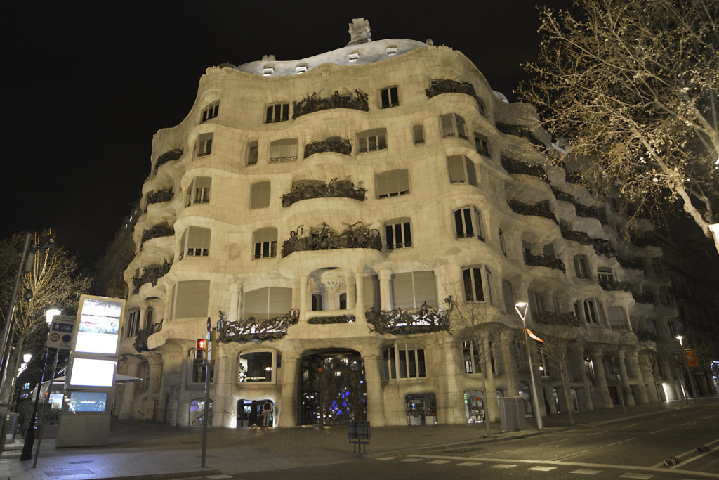 Casa-Mila-night