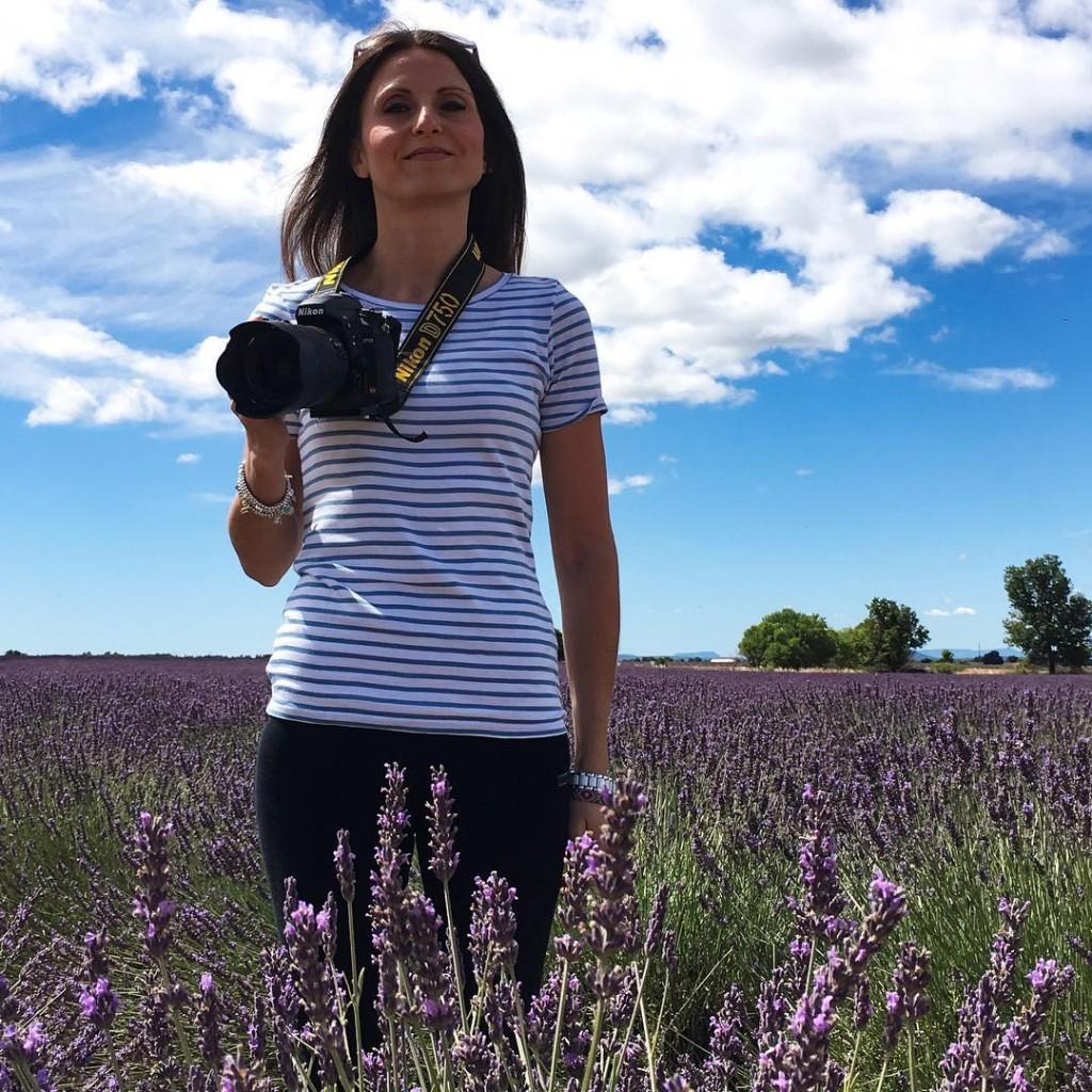 I giorni di vacanza sono fatti per sentirsi leggeri: non occorre chissà cosa, bastano un po' di fiori, una maglietta a righe, uno splendido cielo azzurro, la mia macchina fotografica e il vento tra i capelli. E un'ottima compagnia, of course!  . . . #provence #france #nature #lavenderfield #lavanda #flowers #naturelovers #natgeo #picoftheday #natgeotravel #me #metoday #landscape #landscapephotography #photography #lovephotography #photographylovers #traveller #travelpassion #travelphotography #summer #sky #skyporn #igers #igersitalia #igersmodena #igersbologna #valensole