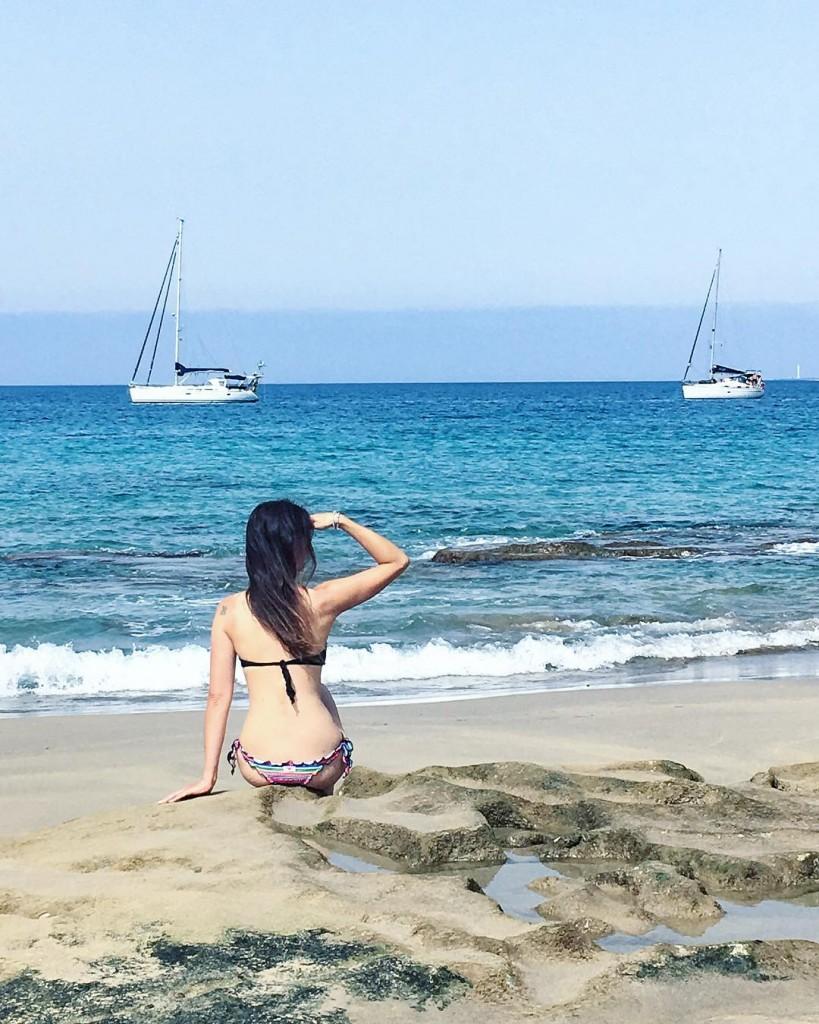 Immancabile la foto in cui guardo il mare, una delle cose che amo di più al mondo. Potrei stare lì ferma a guardarlo per ore, se non fosse per il sole cocente... A proposito, quest'anno abbiamo una new entry: abbronzatura modello camionista con segno della canotta.  Quindi... mai andare in bici dimenticando di dare la crema nella parte dietro... . . . #sea #ocean #landscape #lanzarote #canarias #landscapephotography #nature #naturelovers #naturephotography #natgeo #natgeotravel #traveller #travelpassion #travelphotography #blue #watercolor #photography #photooftheday #picoftheday #photographylovers #exploretocreate #wanderlust #visualsoflife #keepitwild #bestpictures #liveoutdoors #vsco #vscocam