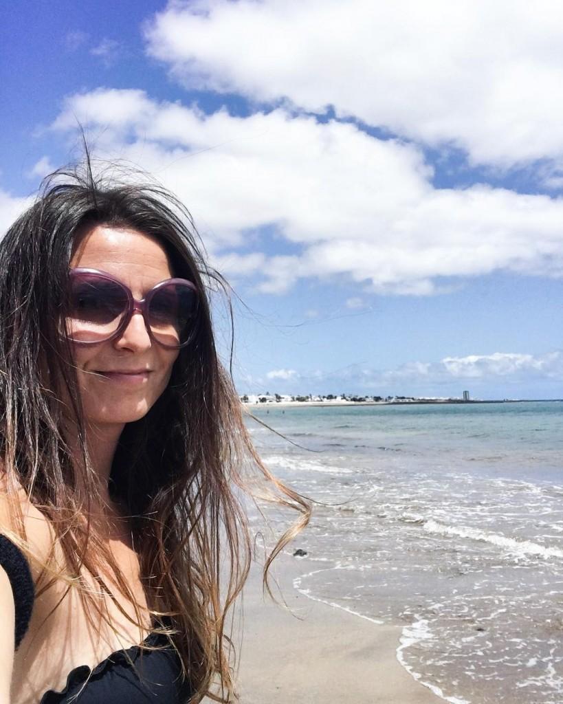 Hola! Inizia una nuova giornata con i capelli al vento! Di fronte a me le dune di Corralejo e un bellissimo oceano dalle sfumature turchesi. Siamo a Papagayo playas, dove la sabbia si mescola al basalto. Camminare sulle colate laviche per me che sono mezza geologa è una cosa spaziale!!! Solo pochi secoli fa quest'isola era davvero inospitale, conta circa 70 vulcani ! La lava che si tuffava in mare. Che storia! . . . #lanzarote #canarias #playa #sun #sea #ocean #landscape #landscapephotography #nature #naturelovers #naturephotography #natgeo #natgeotravel #traveller #travelpassion #travelphotography #blue #photography #photooftheday #picoftheday #photographylovers #exploretocreate #wanderlust #visualsoflife #keepitwild #bestpictures #liveoutdoors #vsco #vscocam