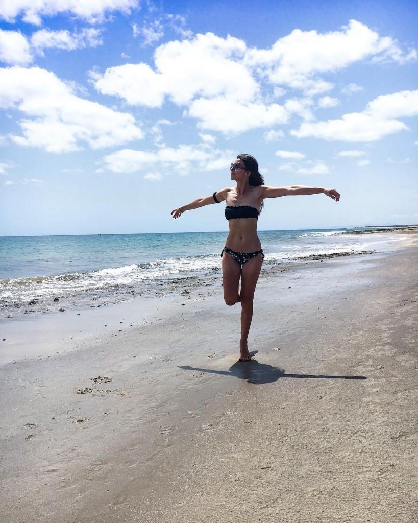 Playa Honda.  Una spiaggia lunga, lunghissima. Poca gente, solo il vento tra i capelli e il suono delle onde. L'ho registrato, per portarlo con me e ascoltarlo ogni tanto, magari durante qualche pausa al lavoro.  Il mare mi calma e mi aiuta a ritrovare equilibrio, sempre. . . . #lanzarote #canarias #ocean #sea #sun #summer #neverendingsummer #landscapephotography #nature #naturelovers #naturephotography #natgeo #natgeotravel #traveller #travelpassion #travelphotography #purple #photography #photooftheday #picoftheday #photographylovers #exploretocreate #wanderlust #visualsoflife #keepitwild #bestpictures #liveoutdoors #vsco #vscocam