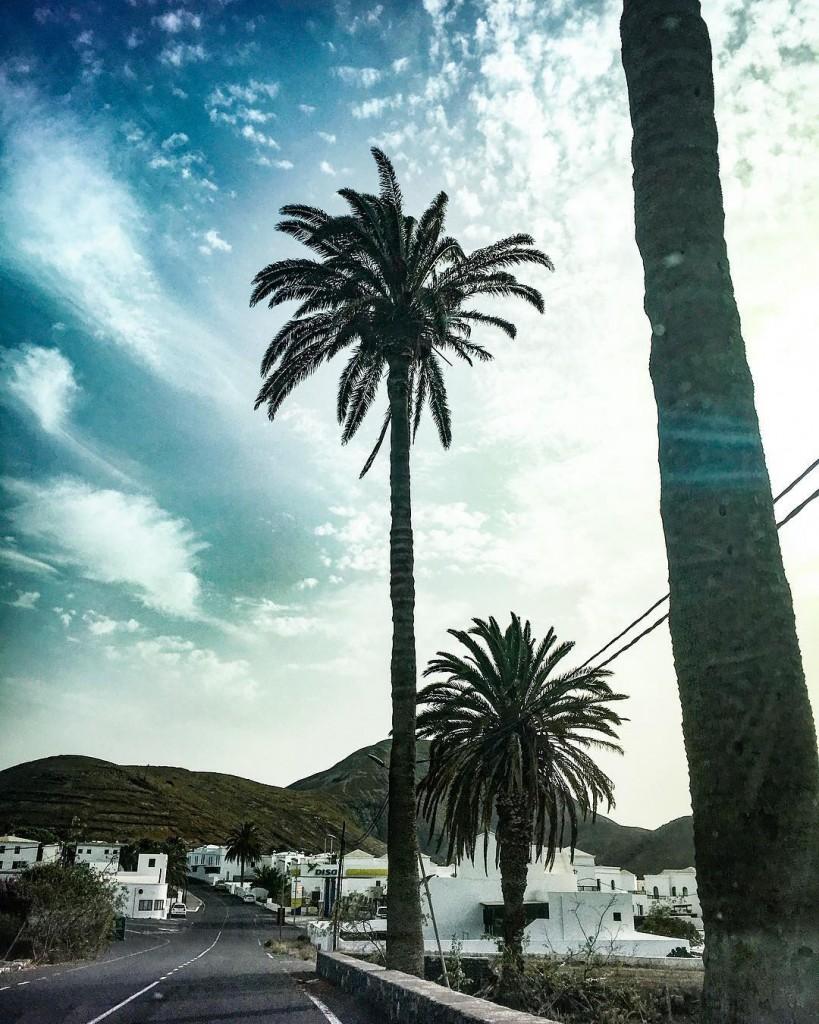 Yaiza.  Uno dei paesi più strani che io abbia mai visitato. Sei in Europa, ma ti sembra di essere in Tunisia. O in Egitto. Anche se a dire il vero sei a due passi dal Marocco. E poi spuntano quei vulcani, che fanno da sfondo al paesaggio e sembrano voler abbracciare l'oceano. Anche se in realtà è l'oceano che abbraccia tutto in quest'isola ribelle. Case bianche, palme che spuntano da un terreno davvero arido e un cielo che sembra dipinto.  Yaiza, mi manchi già.