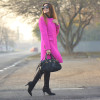Cappotto fucsia: come rallegrare un look total black